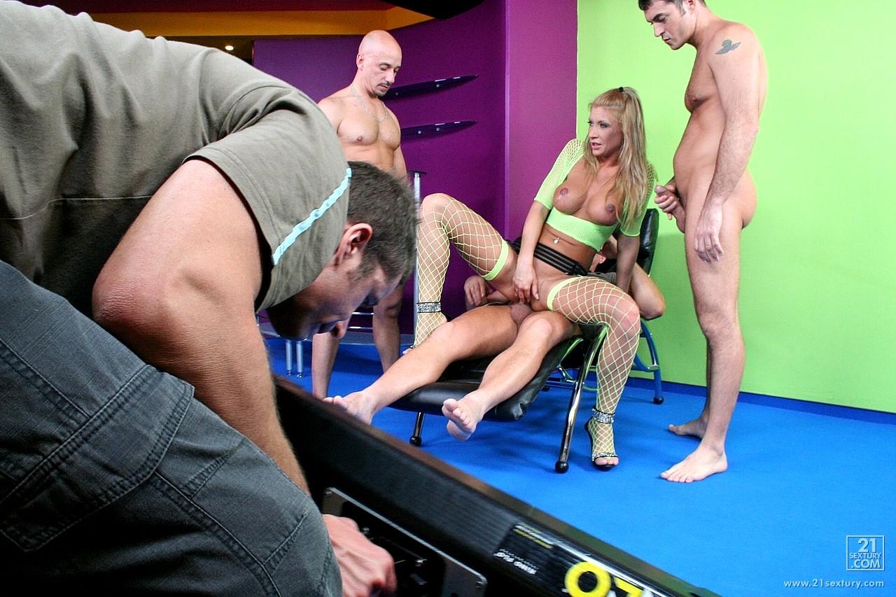 Голые видио актёры студии по ходят порно